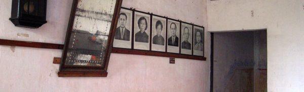 駿盧1階の階段付近。先祖の写真が飾られている