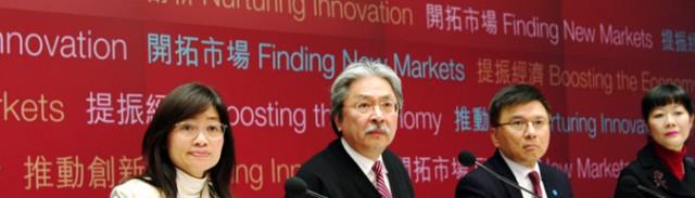 財政予算案発表後に記者会見を行った曽俊華(ジョン・ツァン)財政長官ら(写真:『香港ポスト』)