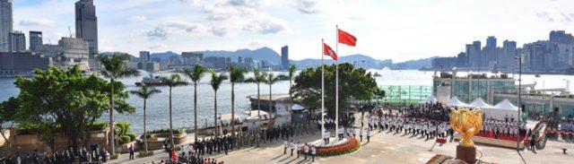 7月1日に行われた国歌斉唱と国旗・区旗掲揚の式典(写真:政府新聞処)